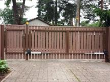 Tiibvärav puitlaudisega. Väravaautomaatika SOMMER