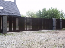 Liugvärav puitlaudisega, väravaautomaatika