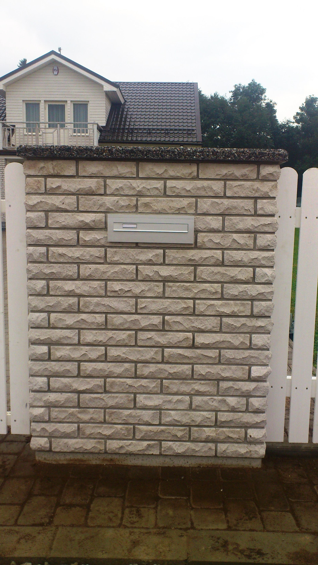 Postkast läbi müüri