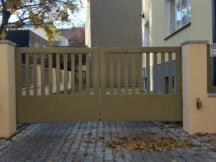 Metallist tiibväravad, puidust piirdeaed, väravaautomaatika