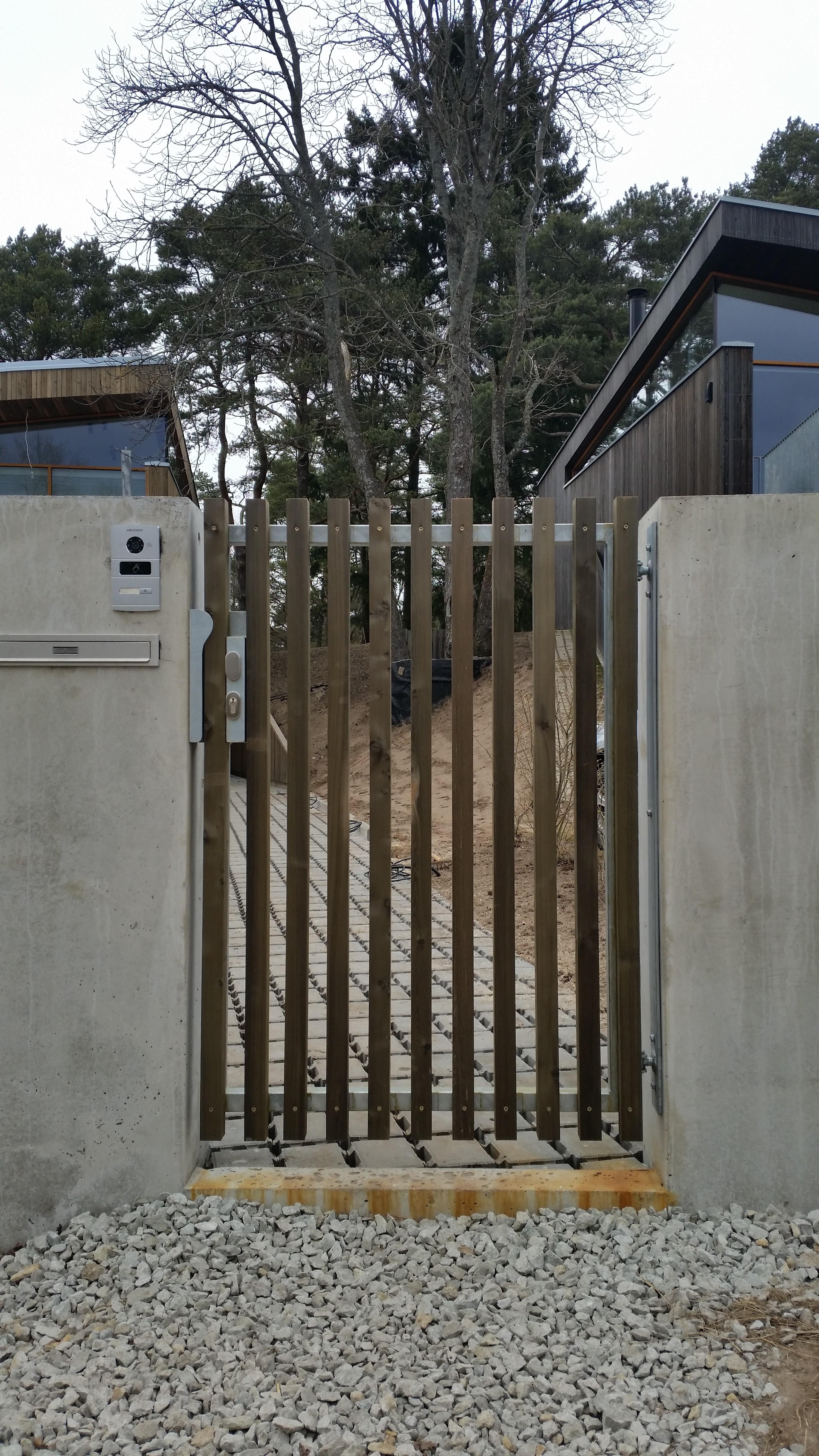 Lehisest jaägvärav, väravad, aia ehitus
