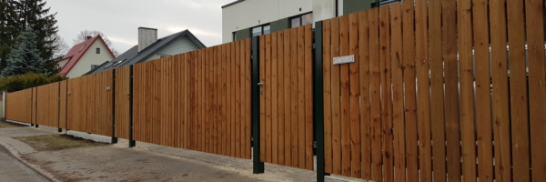 betoonsokliga sügavimmutatud puitaed koos väravatega, tiibväravad, piirdeaed, jalgvärav, puitaed