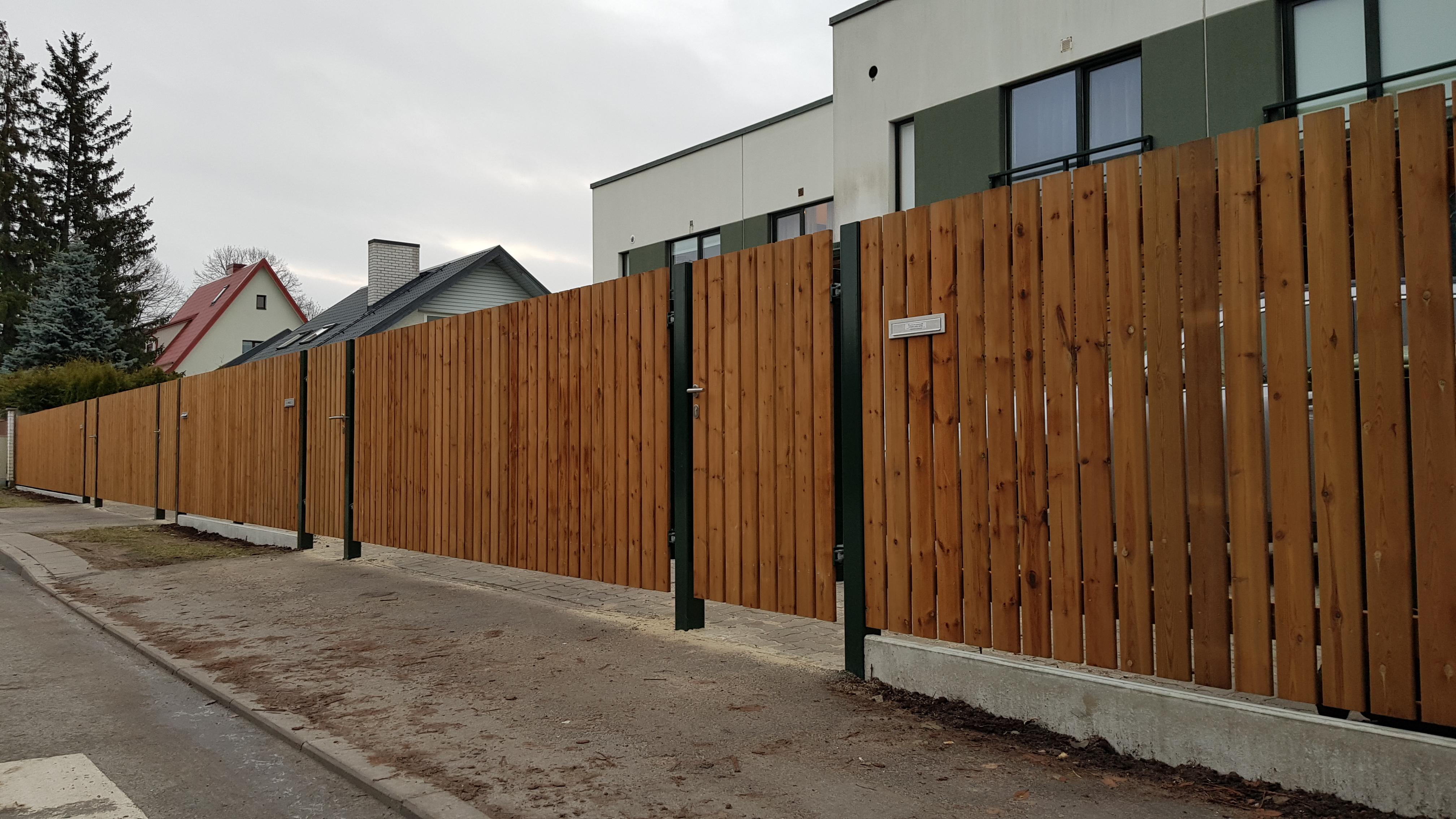 betoonsokliga sügavimmutatud lippaed koos väravatega, tiibväravad, piirdeaed, jalgvärav, puitaed