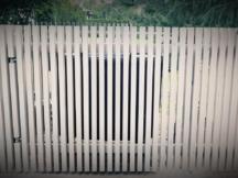 värvitud siberi lehisest piirdeaed, värav prügikastile