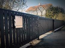 Tihe puitaed katteliistu ja kergbetoonist sokliga. Liugvärav Sommer RUNner+ väravautomaatikaga.