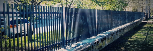 Metallaed. Müüril piirdeaed ja väravad lasteaiale. Tiibväravad taimeri ja GSM mooduliga. Jalgvärav PIN koodiga.