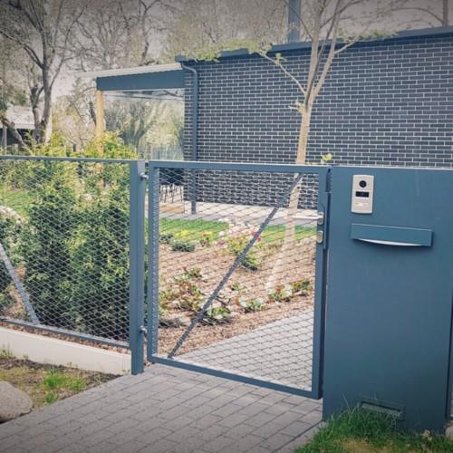 Lavinton võrktäitega metallaed. Väravad ja piirdeaed.
