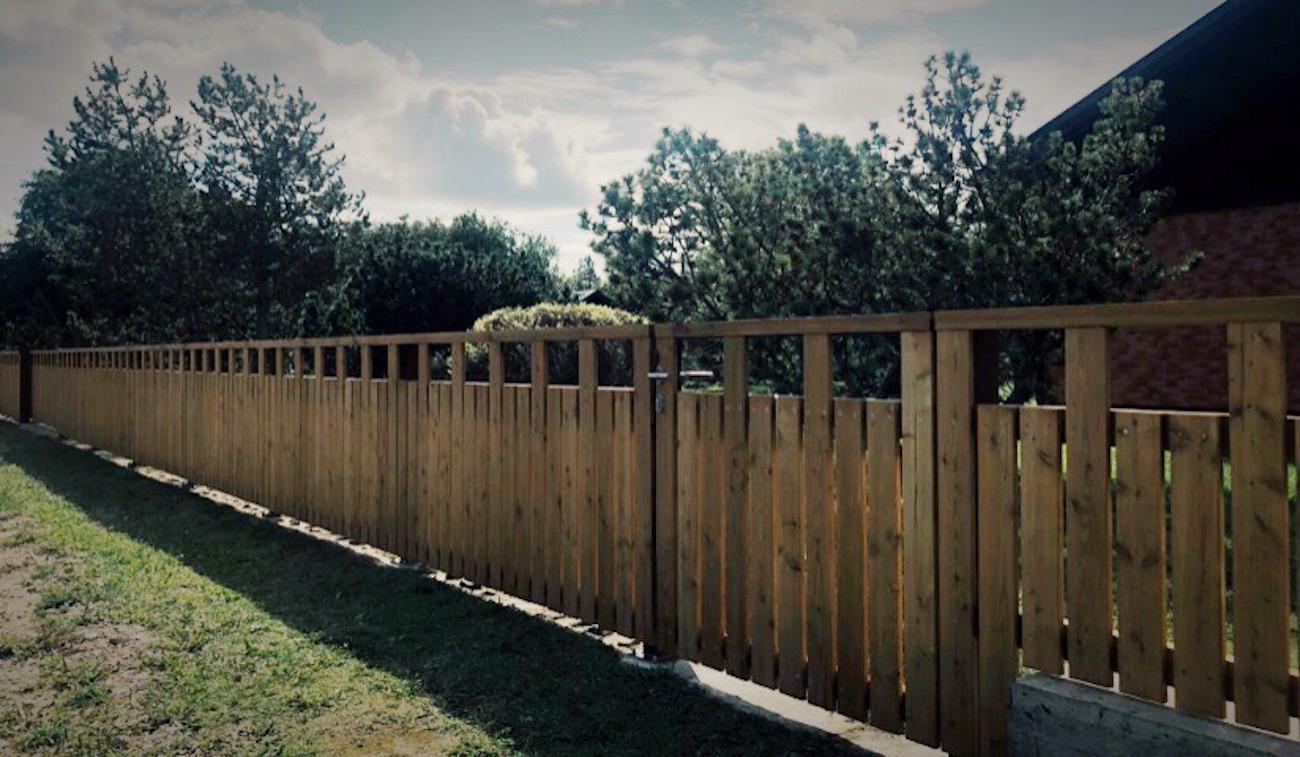 Lehisest piirdeaed ja väravad, väravaautomaatika