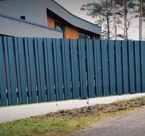 Puidust piirdeaed, liugvärav, väravaautomaatika