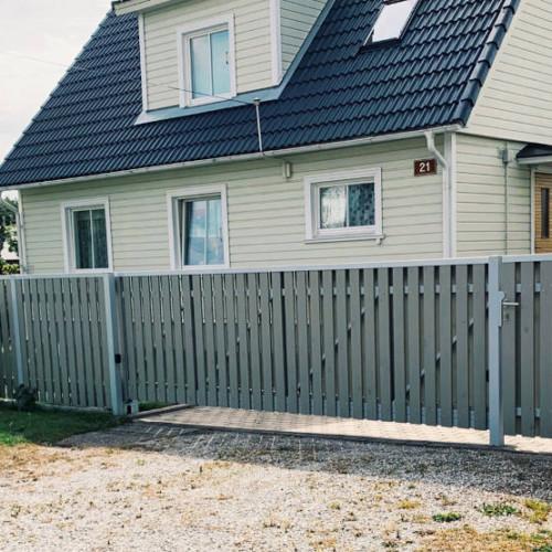 Topeltlaudise ja katteliistuga puitaed, liugvärav, väravad, väravaautomaatika